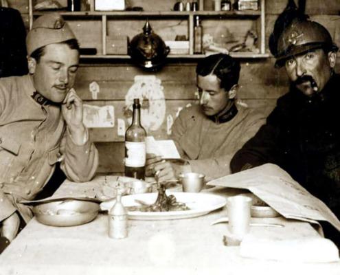 Poilus à tables en 1915