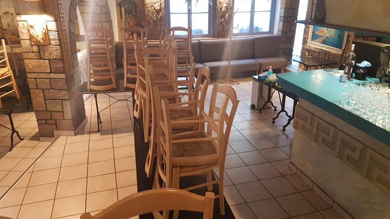Couloir sanitaire dans le restaurant Plaka - Service et sortie